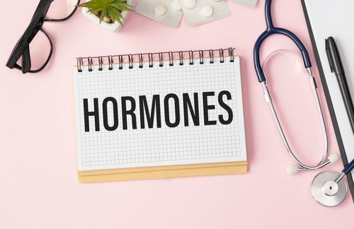 ヨガでホルモンバランス改善!更年期障害やPMSに悩む女性におすすめのポーズ