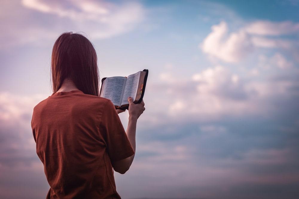 溶岩浴をしながら読書で、さらにリラックス!